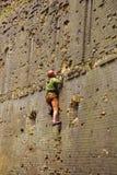Escalador de roca que sube para arriba Foto de archivo libre de regalías