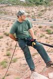 Escalador de roca rapelling Imagen de archivo