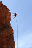Escalador de roca Rappelling Fotografía de archivo libre de regalías