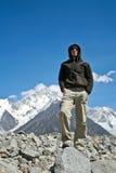 Escalador en altas montañas Imágenes de archivo libres de regalías