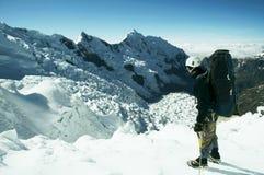 Escalador en el glaciar Imágenes de archivo libres de regalías