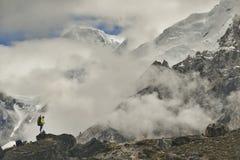 Escalador en el valle de Khumbu Himalaya, Nepal fotografía de archivo
