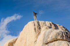 Escalador en la cumbre - roca de la intersección - Joshua Tree National Park fotografía de archivo