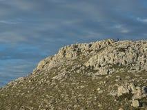 Escalador en la distancia, subiendo la colina Fotografía de archivo libre de regalías