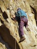 Escalador en la pared de la montaña Fotos de archivo libres de regalías