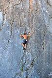 Escalador en la roca de Sistiana, Trieste Imagen de archivo libre de regalías