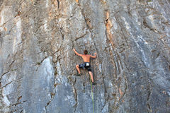 Escalador en la roca de Sistiana, Trieste Foto de archivo