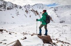 Escalador en las montañas fotos de archivo