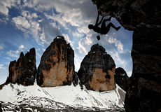 Escalador en las montañas de la dolomía Foto de archivo libre de regalías