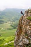 Escalador en las rocas de Mangup Foto de archivo