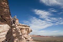 Escalador en un acantilado en la roca roja - Nevada Fotos de archivo libres de regalías