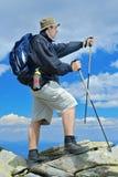 Escalador en una montaña Imagenes de archivo