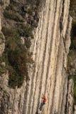 Escalador en una pared de la roca Fotografía de archivo