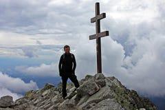 Escalador encima del pico de Krivan Imagen de archivo