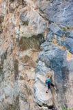 Escalador femenino joven Foto de archivo libre de regalías
