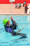 Escalador hispánico que realiza un rescate que sube del ejercicio Fotos de archivo libres de regalías