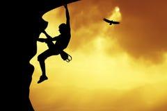 Escalador libre en la puesta del sol Imagen de archivo libre de regalías