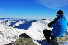 Escalador que admira la visión desde el pico en las montañas de Retezat, Rumania de Peleaga Imagen de archivo libre de regalías
