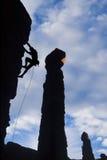 Escalador que se aferra en una cara de la roca. Imagen de archivo libre de regalías