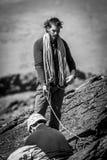Escaladores con la cuerda en roca imágenes de archivo libres de regalías