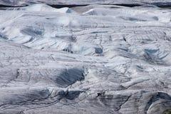 Escaladores de hielo en el glaciar de la raíz Fotos de archivo libres de regalías