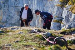 Escaladores de montaña mayores Imágenes de archivo libres de regalías