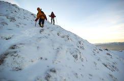 Escaladores de montaña que descienden la montaña. Foto de archivo libre de regalías