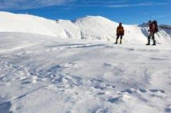Escaladores de montaña que miran hacia la montaña. Imágenes de archivo libres de regalías