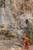Escaladores de roca con la cuerda fotografía de archivo