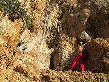 Escaladores de roca en el acantilado imagen de archivo libre de regalías