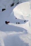 Escaladores en altas montañas fotos de archivo