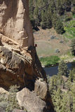 Escaladores en el acantilado sobresaliente de la cara del mono Foto de archivo libre de regalías