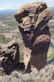 Escaladores en el acantilado sobresaliente de la cara del mono Imagen de archivo libre de regalías