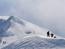 Escaladores en el borde del cráter del volcán Beerenberg Imagen de archivo libre de regalías
