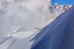 Escaladores en el macizo de Mont Blanc imágenes de archivo libres de regalías