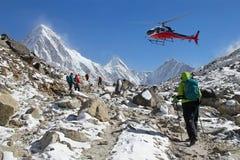 Escaladores en el pico de Himalaya Imagenes de archivo