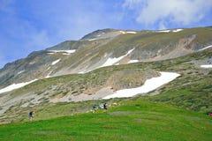 Escaladores en la montaña Sar Planina, Macedonia Foto de archivo