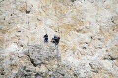 Escaladores en la pared de la montaña imágenes de archivo libres de regalías