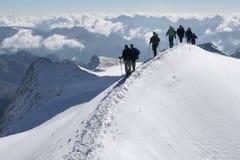 Escaladores en las montañas Imagenes de archivo