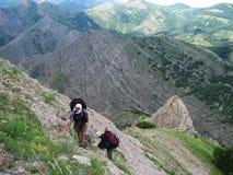 Escaladores en las montañas fotografía de archivo