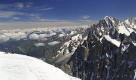 Escaladores en las montañas francesas de las montañas cerca de Aiguille du Midi, Francia imagen de archivo libre de regalías