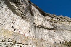 Escaladores en los valles de Yorkshire de la ensenada de Malham imagen de archivo
