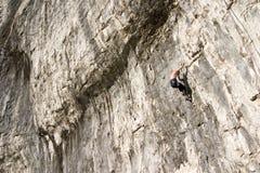 Escaladores en los valles de Yorkshire de la ensenada de Malham imagenes de archivo