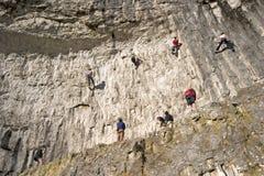 Escaladores en los valles de Yorkshire de la ensenada de Malham foto de archivo libre de regalías