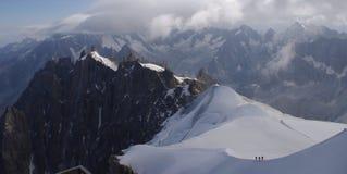 Escaladores en Mont Blanc Foto de archivo libre de regalías