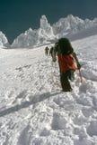 Escaladores en nieve escarpada Fotos de archivo