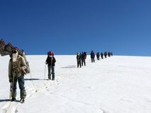 Escaladores en un glaciar de la nieve en las montañas de Tien Shan Imagen de archivo