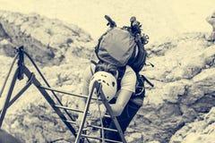 Escaladores que abordan vía escalera metálica del ferrata fotografía de archivo libre de regalías