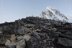 Escaladores sobre Kala Patthar, Gorak Shep, viaje del campo bajo de Everest, Nepal fotografía de archivo