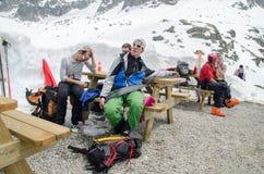 Escaladores y freeriders en las montañas francesas de las montañas Macizo de Mont Blanc, Aiguille du Midi Chamonix fotos de archivo